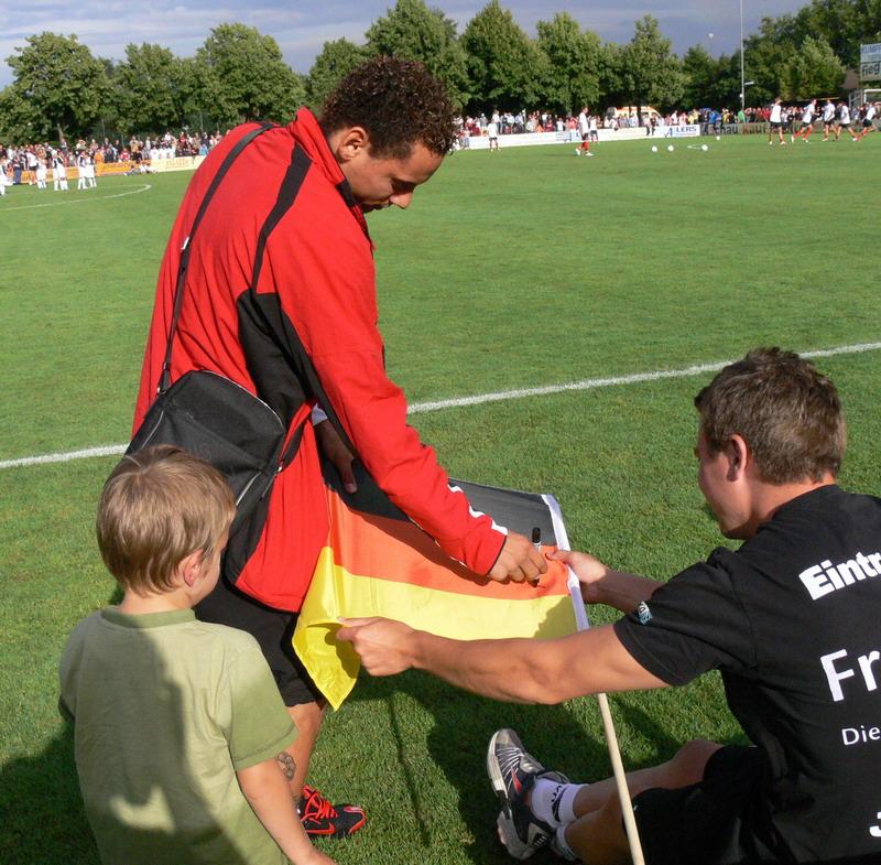 Jermaine Jones beim Autogramm geben