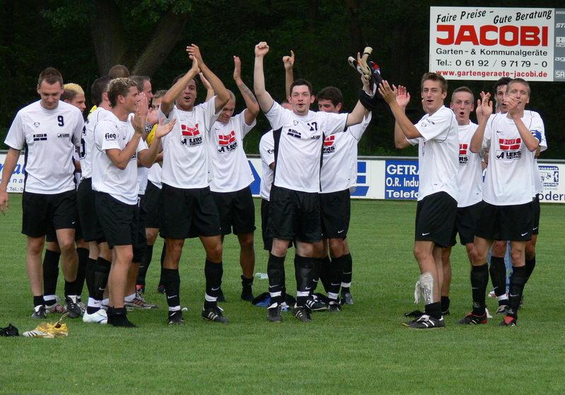 Die Mannschaft feiert den Sieg